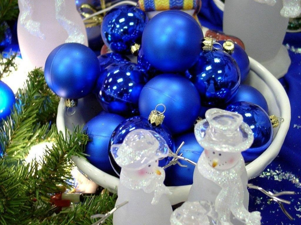 outside led christmas lights, photograph of blue led christmas lights, christmas led c7 lights
