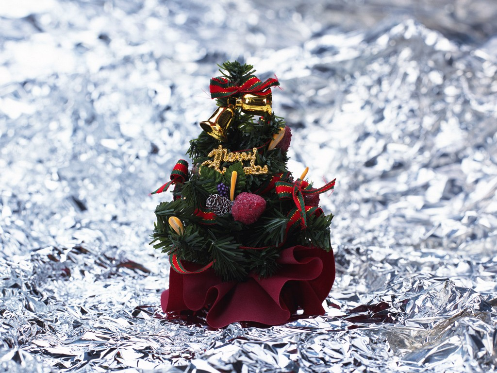 antique aluminum christmas trees, small tinsel aluminum christmas trees, christmas trees silver aluminum